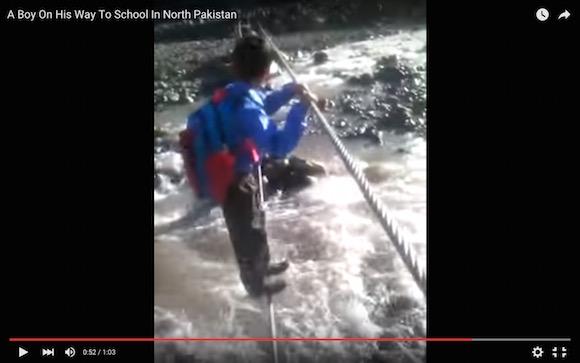 【衝撃映像】毎日が命がけ! 2本のワイヤーで激流を渡って通学する男の子