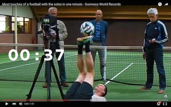【神業動画】1分間で270回リフティングした男が世界記録を樹立