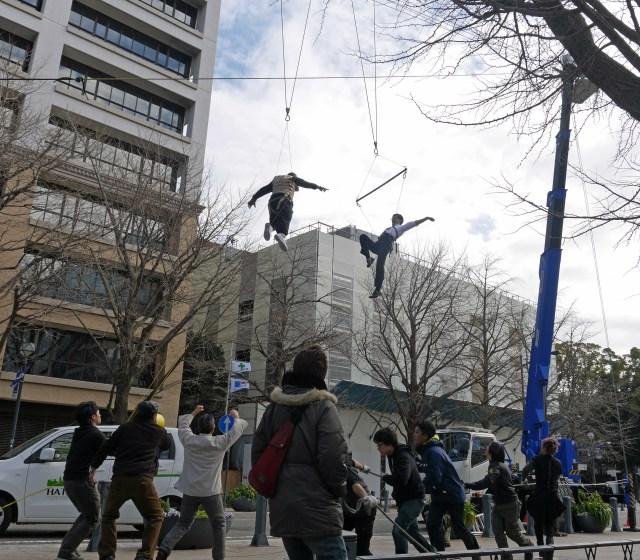 【一瞬すぎて笑った】アクション大作『ソード・オブ・デスティニー』のWEBムービーにロケット記者が緊急出演! 横浜で繰り広げられたワイヤーアクションも体験してきた