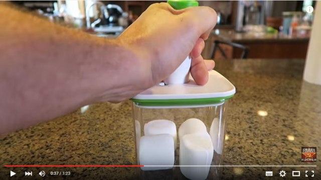 【今すぐドヤれる豆知識】マシュマロを容器に入れる → 空気を抜く → マシュマロはしぼまない! 逆に膨らむのだ!!
