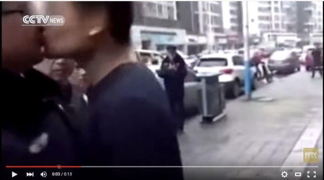 【中国で謎事案】男と役人が衝突 → 怒りのあまり役人にキスするという事案発生 / 男「1回目は偶然。2回目は俺からキスした」