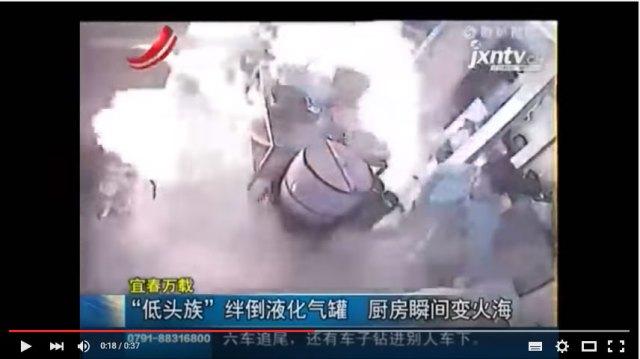 """【中国】レストランで勤務中に """"歩きスマホ"""" した結果 → 厨房が爆発"""