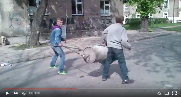 絶対にマネしちゃダメェェェエエエ! 豪快にドラム缶カノン砲をぶっ放す男たち動画