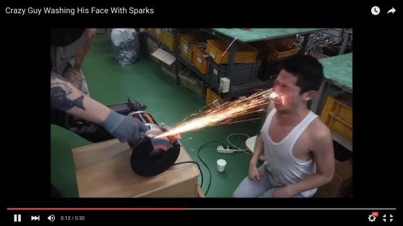 【動画】「火花を顔面に浴びまくる男」の動機が何十回見てもわからない → アホなことだけは分かった