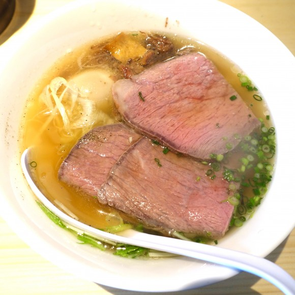【ラーメン】美しいローストビーフに一目惚れ! 牛づくしの『特製牛骨麺』が食べられる店 / 新宿「麺屋 西川」
