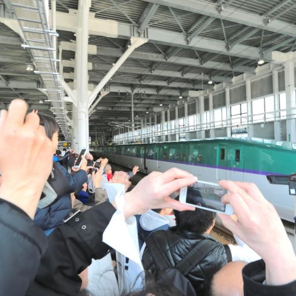 北海道新幹線が開業! さっそく新函館北斗駅に行ってみたらケンシロウが立っててビビった