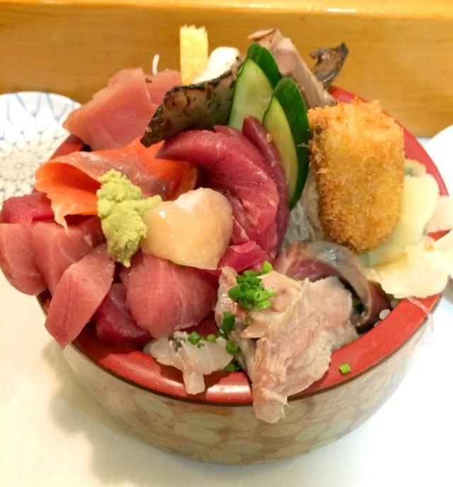 焼き魚やフライまで乗った海鮮丼大盛りが860円! コスパ高いお店「五輪鮨」 東京・五反田