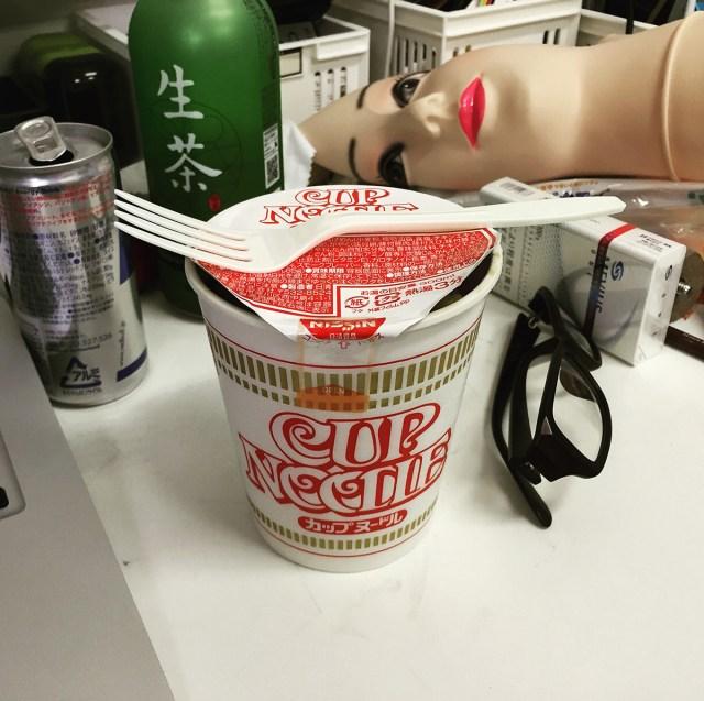 【コラム】日清カップヌードルはプラスチックのフォークで食べるとウマイ