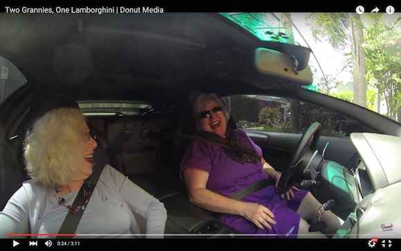 【検証動画】お婆ちゃん2人が超高級車のランボルギーニに乗って買い物に行ったらこうなった