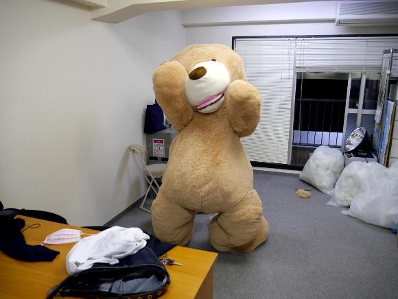 【大手術】巨大な「クマのぬいぐるみ」の中に入ってみた / そして動き出した2.5メートルの生物