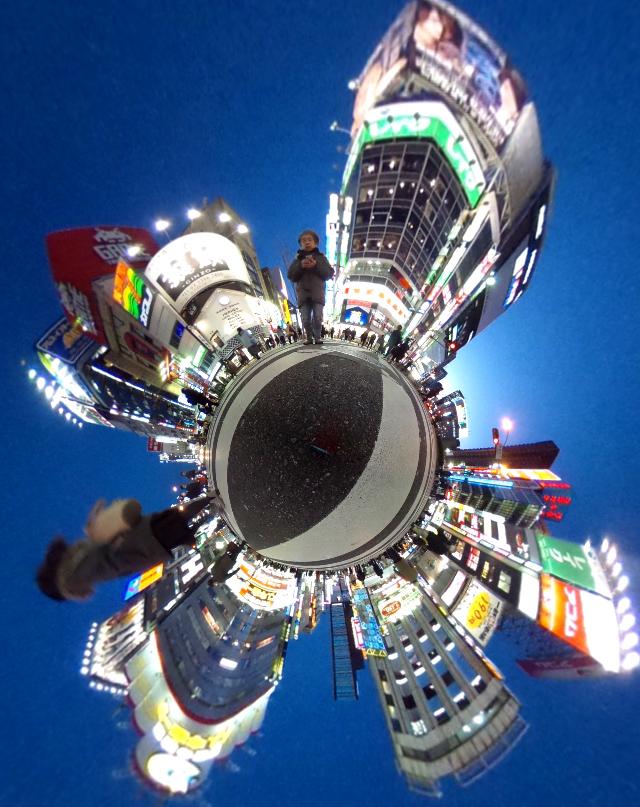 天球カメラ「Theta」と画像加工アプリで夜の新宿を撮影したらとても幻想的になった / そのやり方を解説