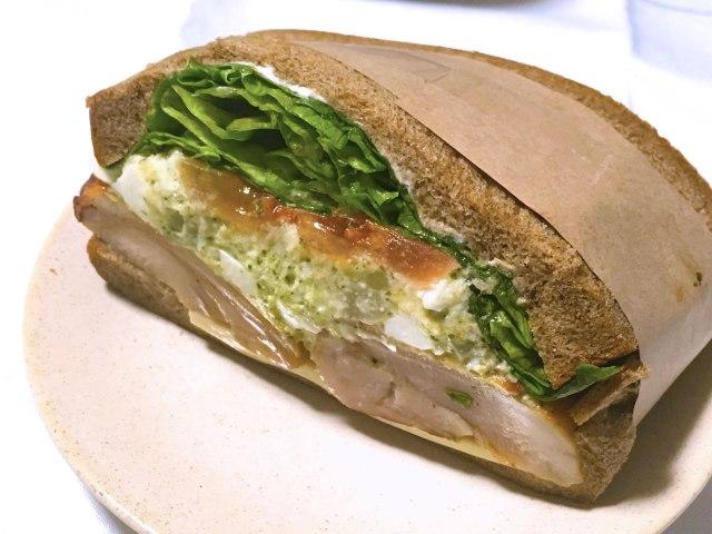 【スタバはパンもウマい】新作サンドイッチが肉モリモリでびっくりした!!  ガッツリなのに意識高めな「バジルチキンサンドイッチ」