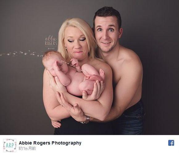 【決定的瞬間】スタジオで家族写真を撮影 → 赤ちゃんがオシッコを大噴射! ママの表情が超プライスレスな件