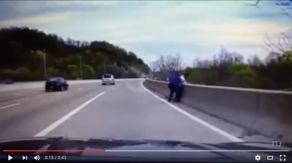 【動画あり】飛び降り自殺をはかろうとした男性 / 警察官がガムシャラになって助ける