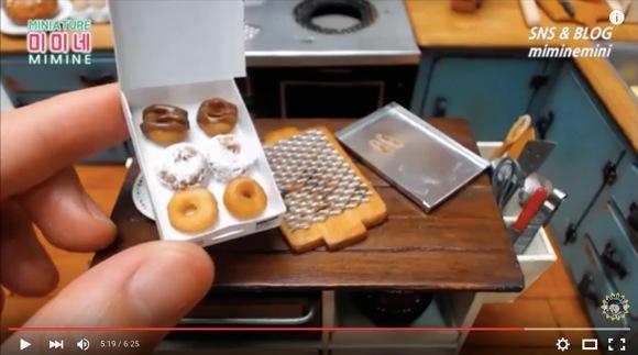 ちっちぇぇぇええ! 極小『クリスピー・クリーム・ドーナツ』を作る動画がスゴすぎ / 実際にミニチュアの台所で作るんだどーーーー!!
