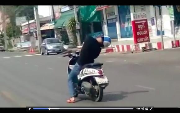 【衝撃動画】信じられない体勢で居眠り運転をする男が激撮される