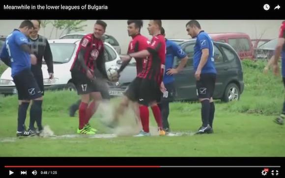【衝撃サッカー動画】泥水をブッカケ合って小競り合いが勃発! 信じられないような「泥仕合」がブルガリアで起きる