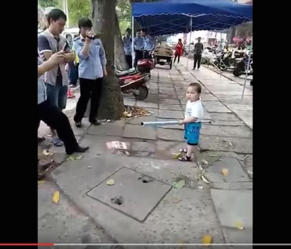 【動画あり】警察の摘発からおばあちゃんを守る中国人少年の姿に世界が感動