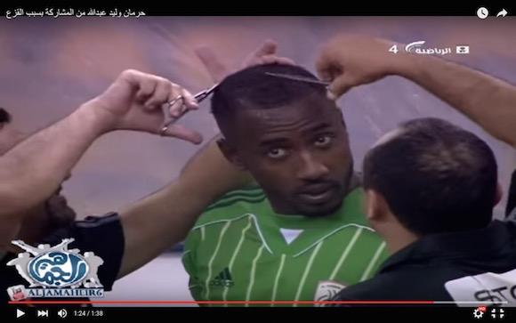 【動画あり】サッカーの試合中に選手が散髪される