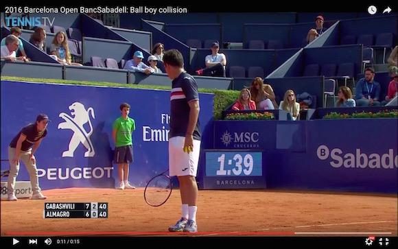 【動画あり】テニスの試合でどう見ても「ダルマさんが転んだ」なアクシデントが発生