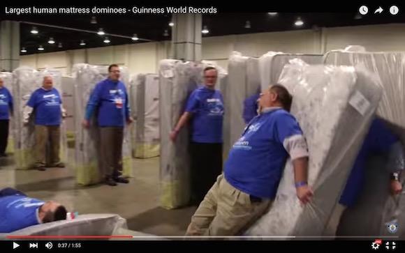 【動画あり】誰も塗り替えようと思わないギネス記録「人間ドミノ1200連発」が樹立される