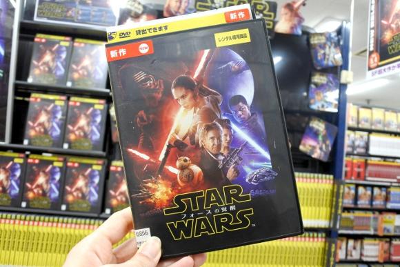 『スター・ウォーズ / フォースの覚醒』がレンタル開始! DVDでカメオ出演している「4人のハリウッド俳優」を探せ!!