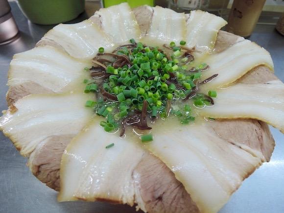 ラーメンに咲いた大輪のチャーシューはもはや芸術! 麺が見えないド迫力は一見の価値あり / 北九州『ラーメン力』