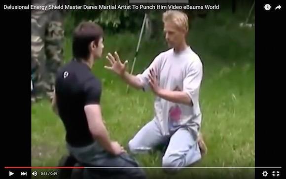 【衝撃格闘動画】怪しい男「私はエネルギーシールドを張ることができる」→ 格闘家とガチ対決した結果