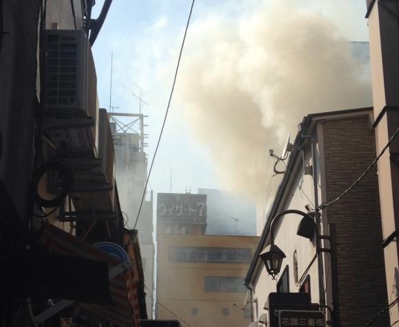 【画像あり】新宿歌舞伎町ゴールデン街で大規模な火災発生! あたり一面が黒煙で覆われる