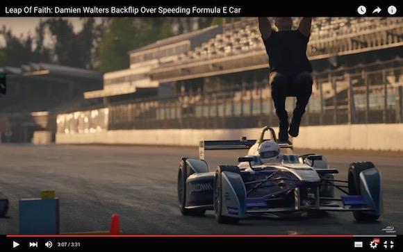 【超人映像】一歩間違えたら大惨事! 猛スピードで走るレーシングカーをバク宙でかわす男がヤバすぎる