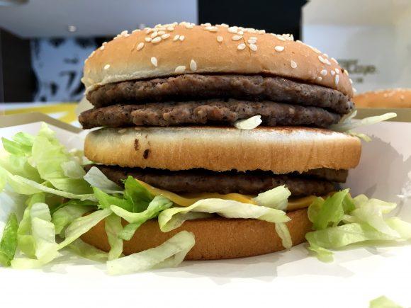 【朗報】マクドナルド伝説のハンバーガー「ギガビッグマック」が復活! ネットの声「きたか」「今度こそ食うぞ!」