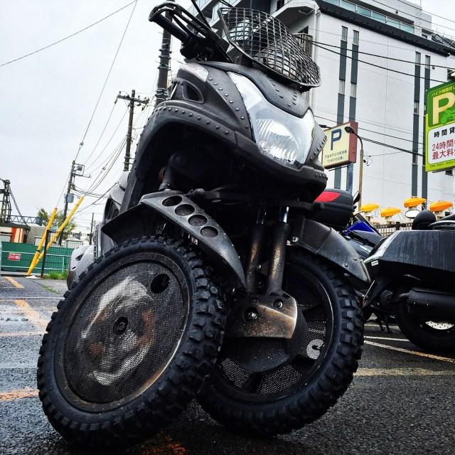 【タイヤの日】マッドマックス風の「ヤマハ・トリシティ125」にブロックタイヤを履かせてみた
