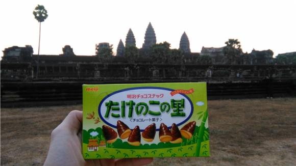 『たけのこの里』が「アンコールワットに似ている」と思ったのでアンコールワットに持って行ってカンボジア人に食べてもらった!