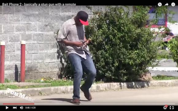 【検証動画】スタンガンを装着したスマホをわざと泥棒に盗ませてみたらこうなった
