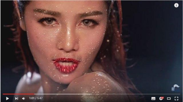 【動画あり】美人歌手がPVにノーパン出演か / 開脚シーンが全世界に配信されて再生回数2000万回超えに