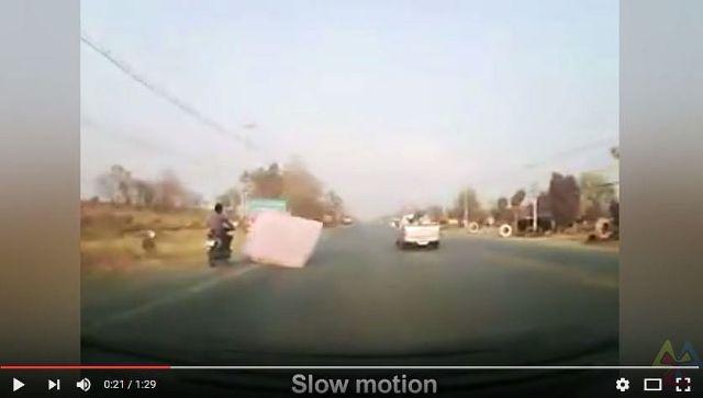 【動画あり】「こんなの避けるの絶対ムリ!!」っていうバイク転倒事故が激撮される