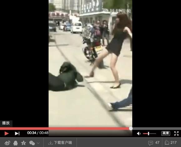 美女がひったくりをボッコボコにする動画 / 男をバイクから引きずり下ろす&地面に叩き付ける!!