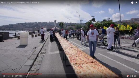 【ギネス認定】長さ約1.85kmのピザがイタリアで爆誕! トマトは1600kg!! 小麦粉とチーズは各2000kgッ!!