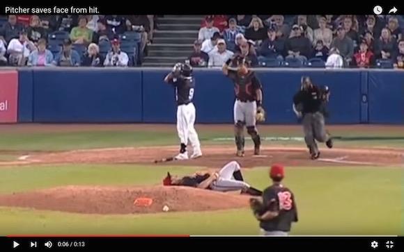 【衝撃野球動画】九死に一生! ピッチャーがコンマ数秒で見せた奇跡のスーパーキャッチ