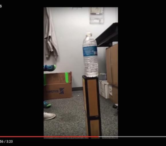 【神業動画】上島竜兵さん級の美しいクルリンパ! 投げたペットボトルを必ず垂直に立ててしまう男がヤバすぎる