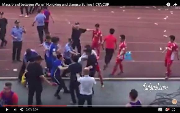 【衝撃サッカー動画】中国で史上最悪とも言える乱闘が勃発! カンフーキックも飛び出して殴る蹴るの大惨事