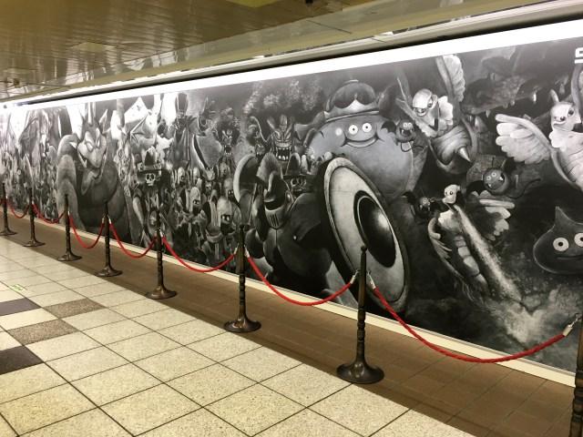 新宿に登場した『ドラゴンクエストヒーローズⅡ』の巨大黒板アートがスゴすぎる! これを「ロトの黒板消し」でズバッと消すの?