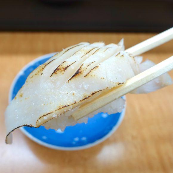 【函館グルメ】「タコの頭の炙り寿司」が絶品! 地元民に愛される立ち食い寿司『シゲちゃんすし』
