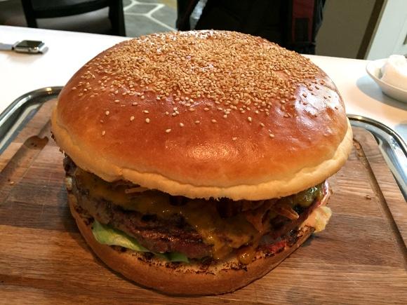 【デカ盛り】パテ1キロ! 超重量級「ジャイアントオークバーガー」を食べてみた!! グランハイアット東京『オークドア』