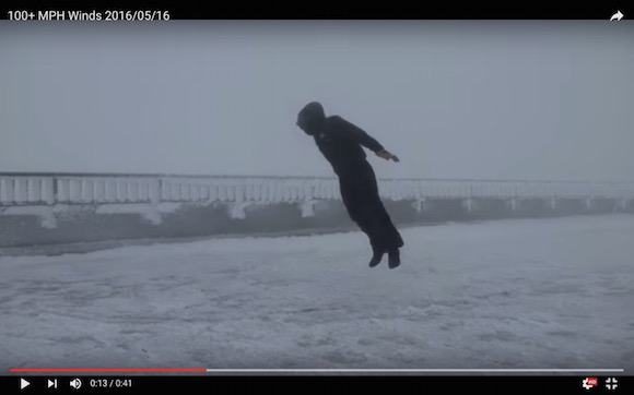 【衝撃動画】風速50メートルの中で人がジャンプすると漫画みたいになる