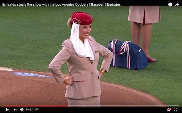 【動画あり】美人キャビンアテンダントがノーバン! 豪快すぎる投球を始球式で披露する