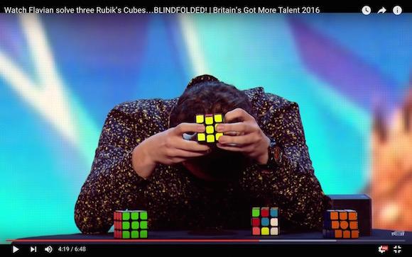 【衝撃動画】規格外れの記憶力! 目隠しをしたまま3個連続でルービックキューブを揃える男がマジで神