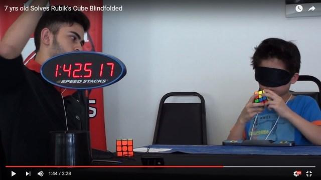 """【神業動画】人間の可能性に震える2分半! 7歳の少年が """"目隠し"""" でルービックキューブをクリアする姿が魔法すぎる!!"""