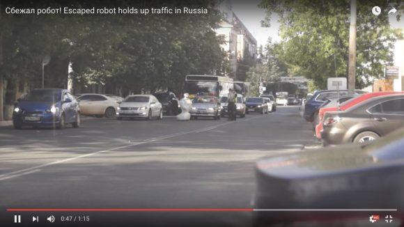 【おそロシア】テスト中の「人間型ロボット」が逃亡 → 道路を封鎖する
