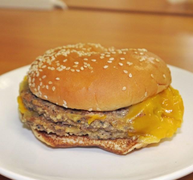 【大発見】ロッテリアの「肉がっつり絶品チーズバーガー」をバーキンのバンズで食べると激ウマ! プラス200円で大変身するぞ~!!